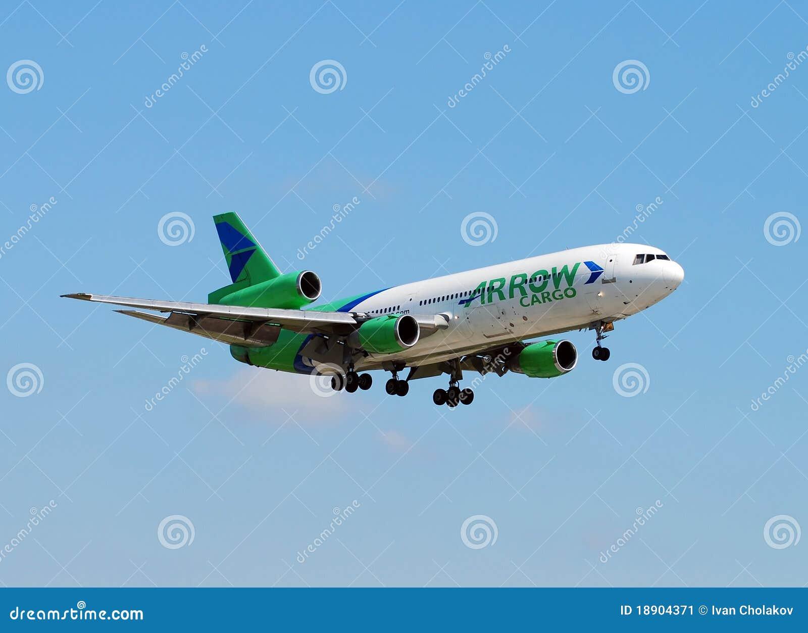 посадка тяжелого реактивного самолета груза