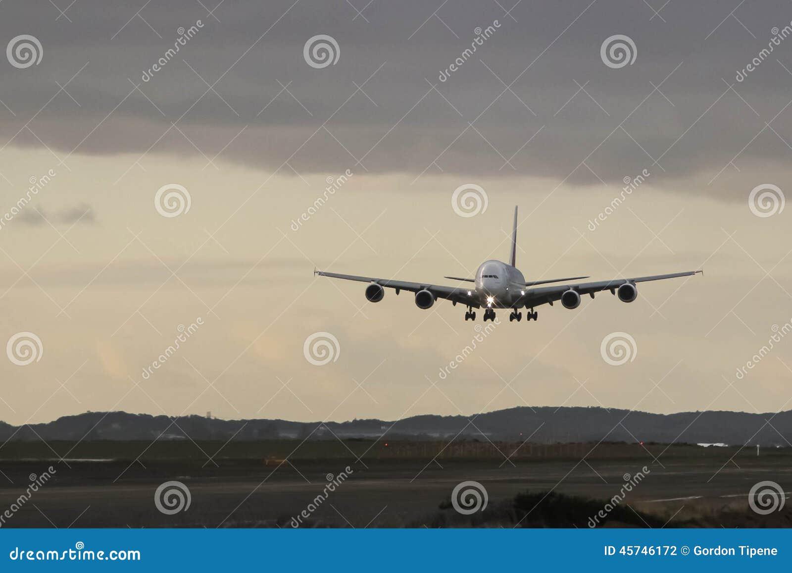 Посадка аэробуса A380 причаливая на серый день