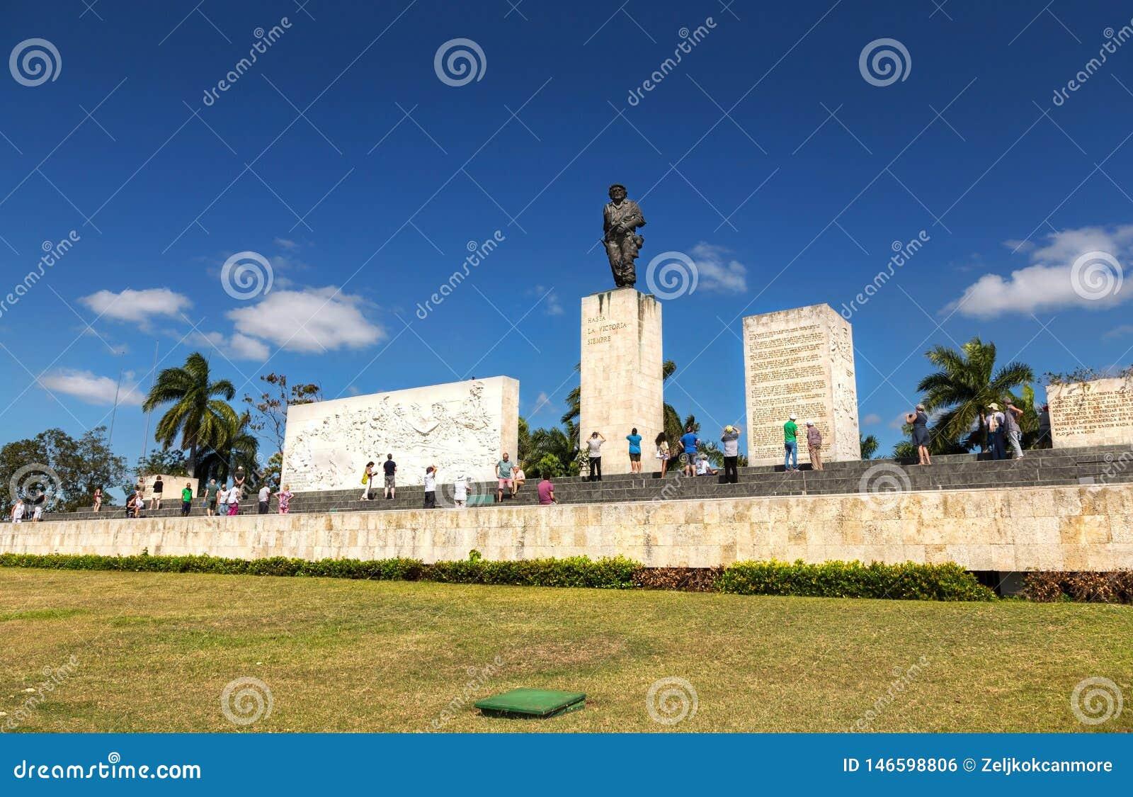 Посетители мемориального мавзолея Santa Clara Ernesto Че Гевара туристские