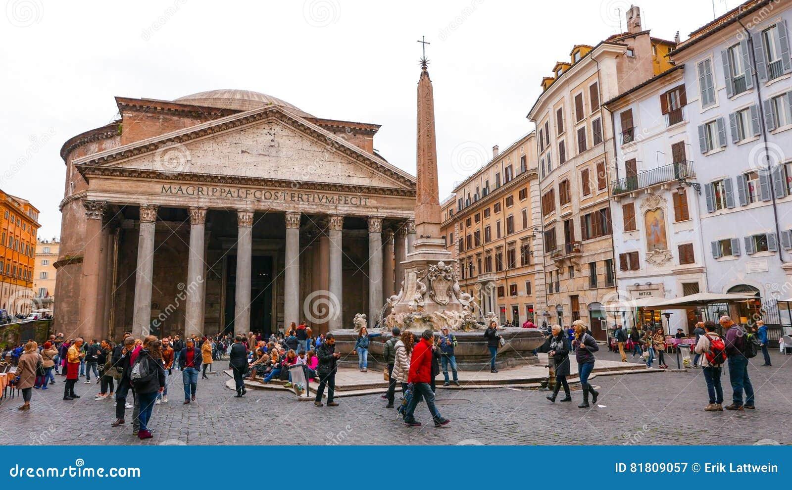 Посетители на пантеоне в Риме - важной туристической достопримечательности