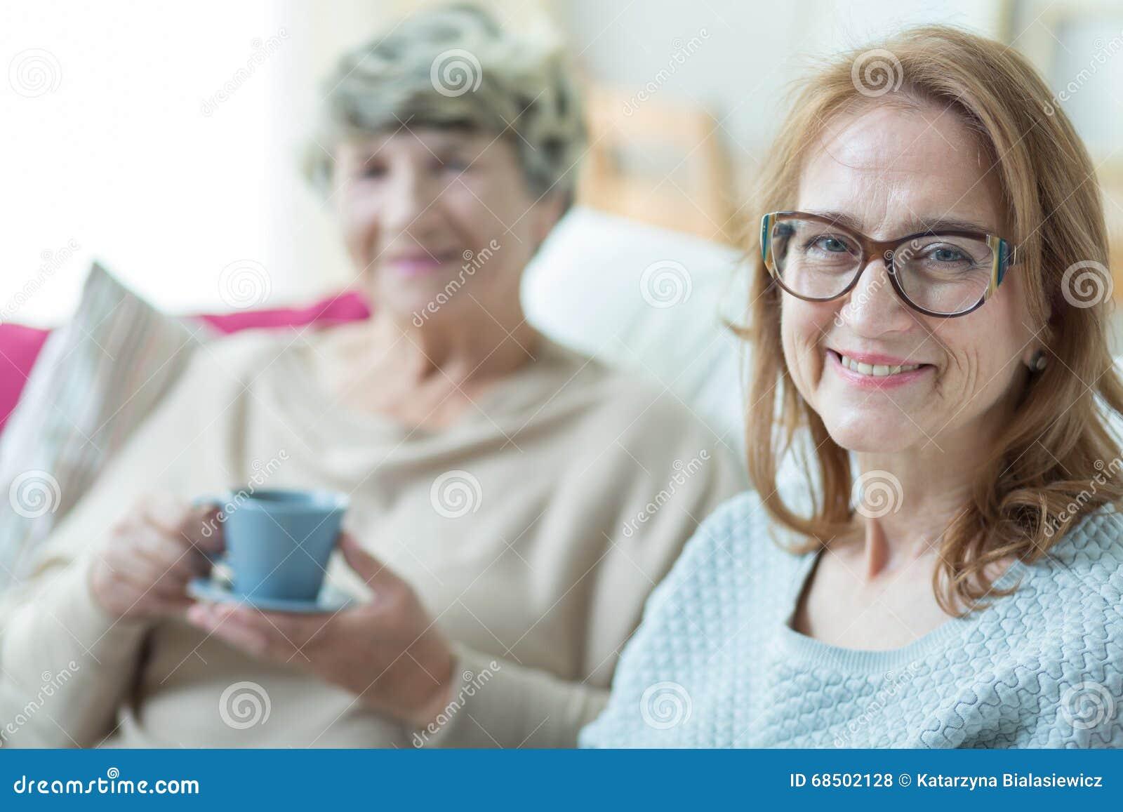 Посещая старая мать