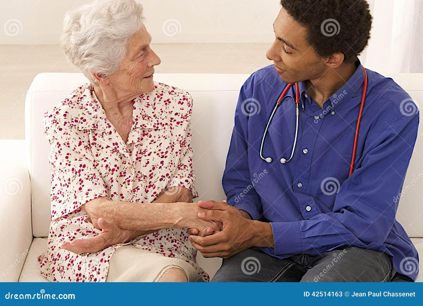 Посещение старшей женщины медицинское дома