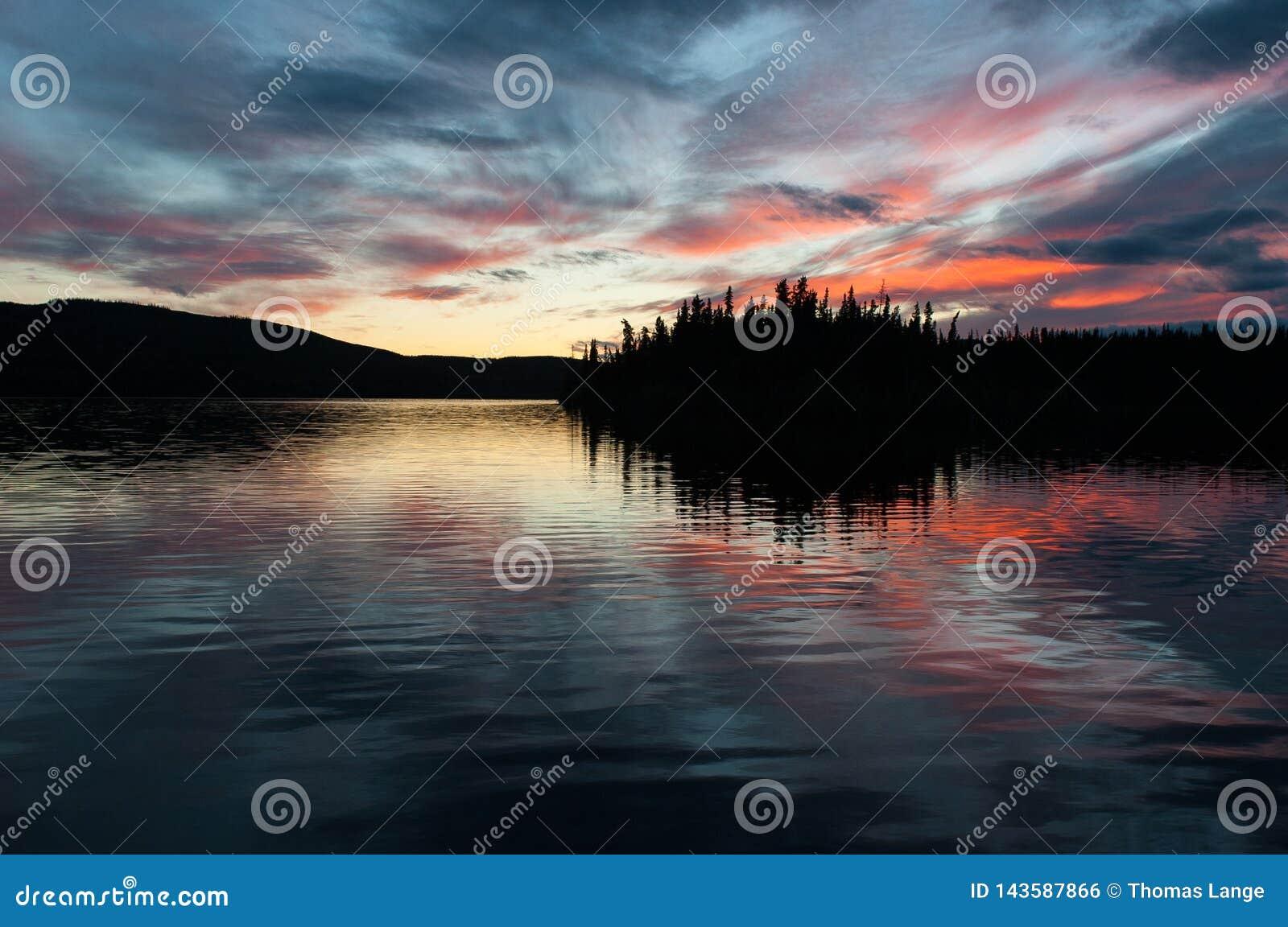 Последний свет дня - исключительная романтичная атмосфера на озере француз, Юконе