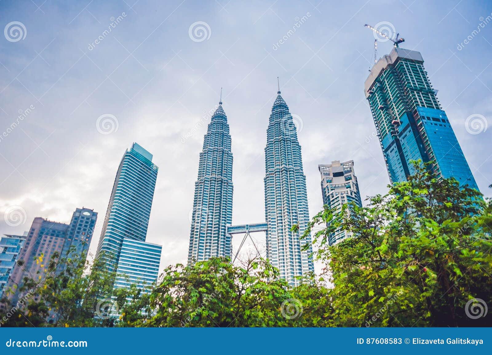 Посмотрите ниже к башням Petronas в Куалае-Лумпур, Малайзии