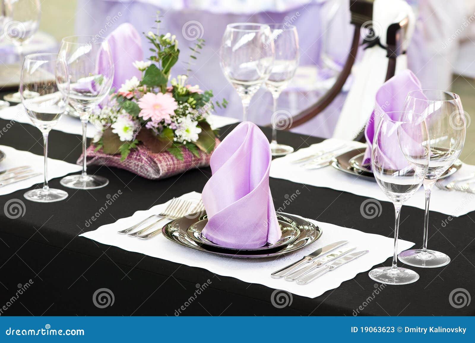 поставлять еду близко установленная таблица вверх