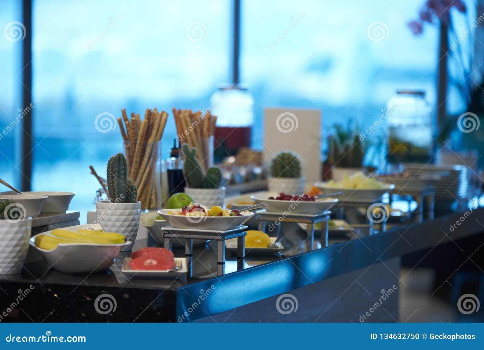 Поставляя еду еда шведского стола в ресторане гостиницы, конце-вверх Торжество