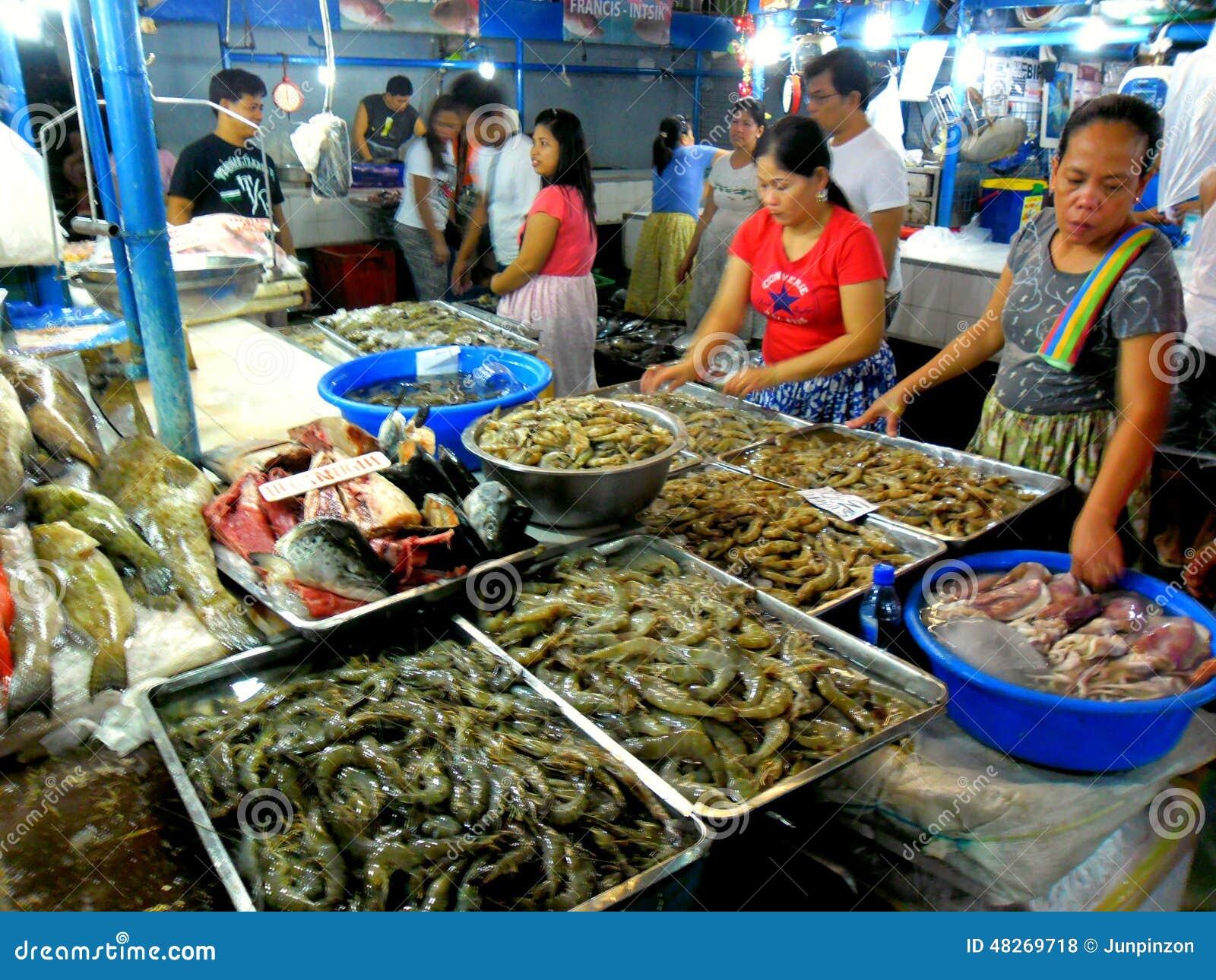 Поставщик мяса и рыб в влажном рынке в cubao, городе quezon, Филиппинах