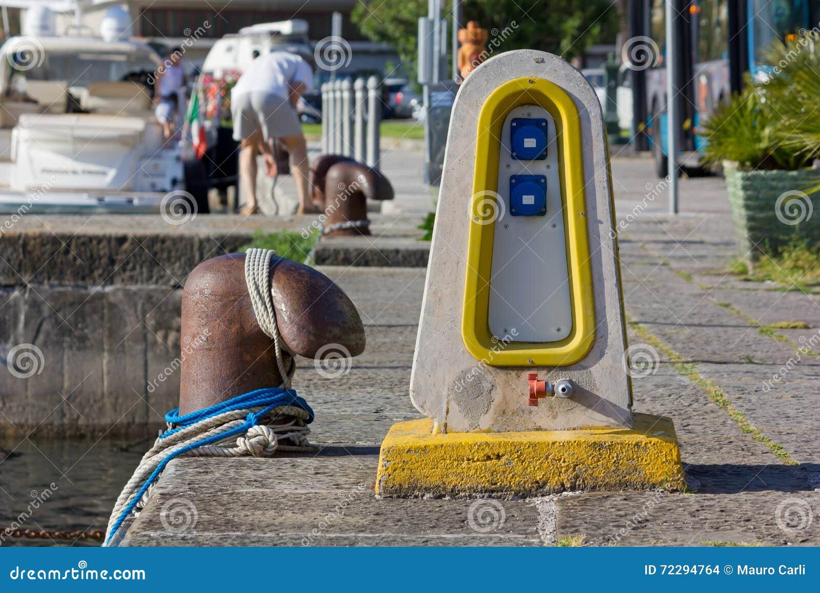 Download Постамент распределения Eletrical на моле Стоковое Фото - изображение насчитывающей люди, выстилка: 72294764