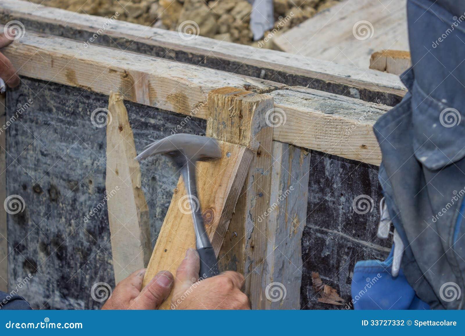 Построитель бить молотком ноготь молотком в кусок дерева 4