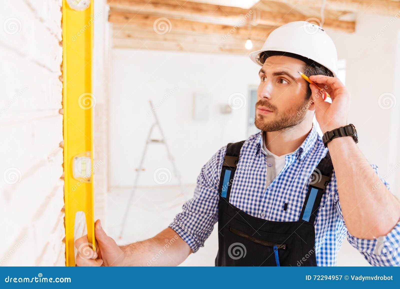 Download Построитель в защитном шлеме с доской сзажимом для бумаги и карандашем внутри помещения Стоковое Изображение - изображение насчитывающей ares, примечание: 72294957