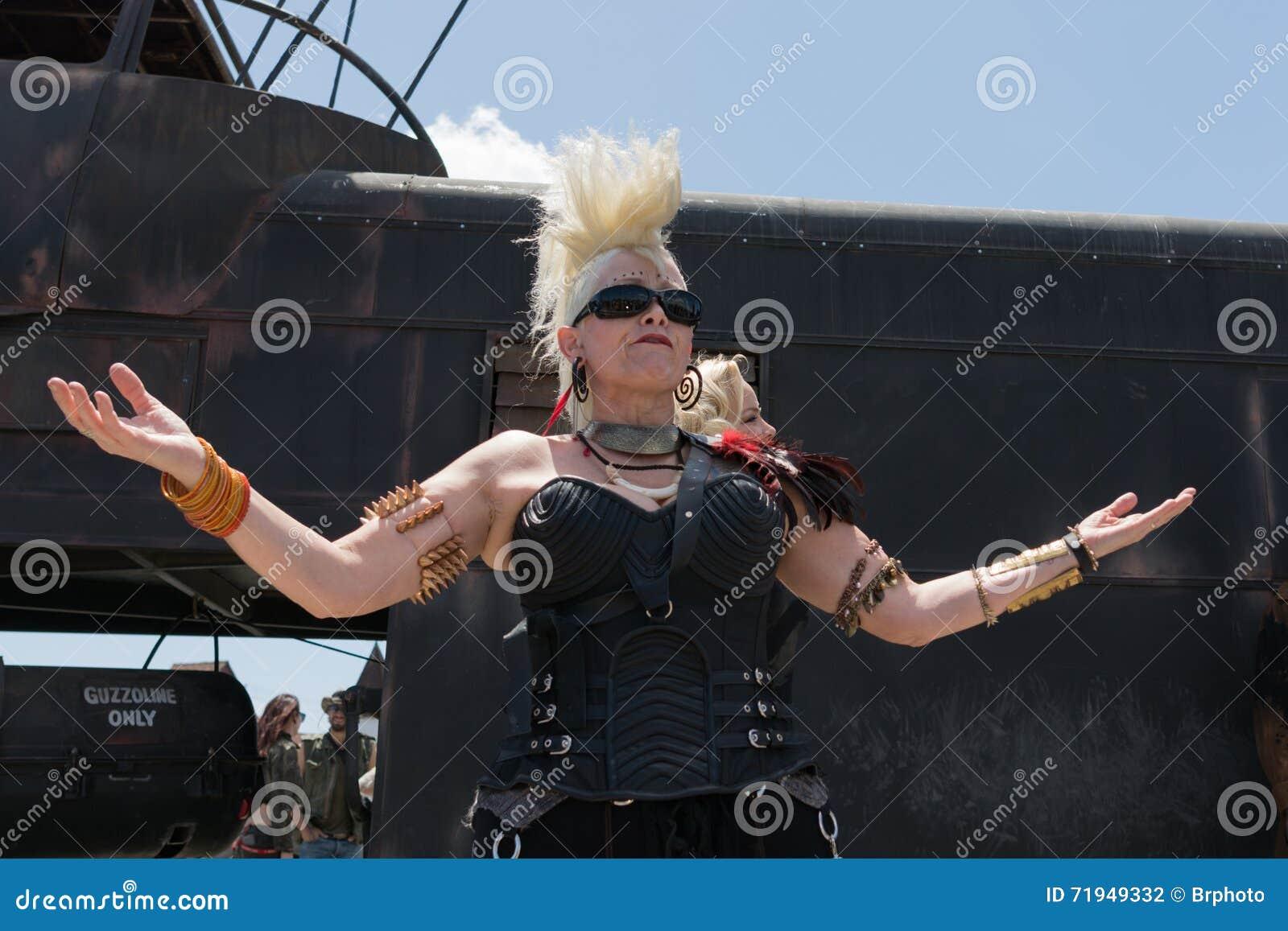 Пост-апоралипсическая женщина костюма выживания