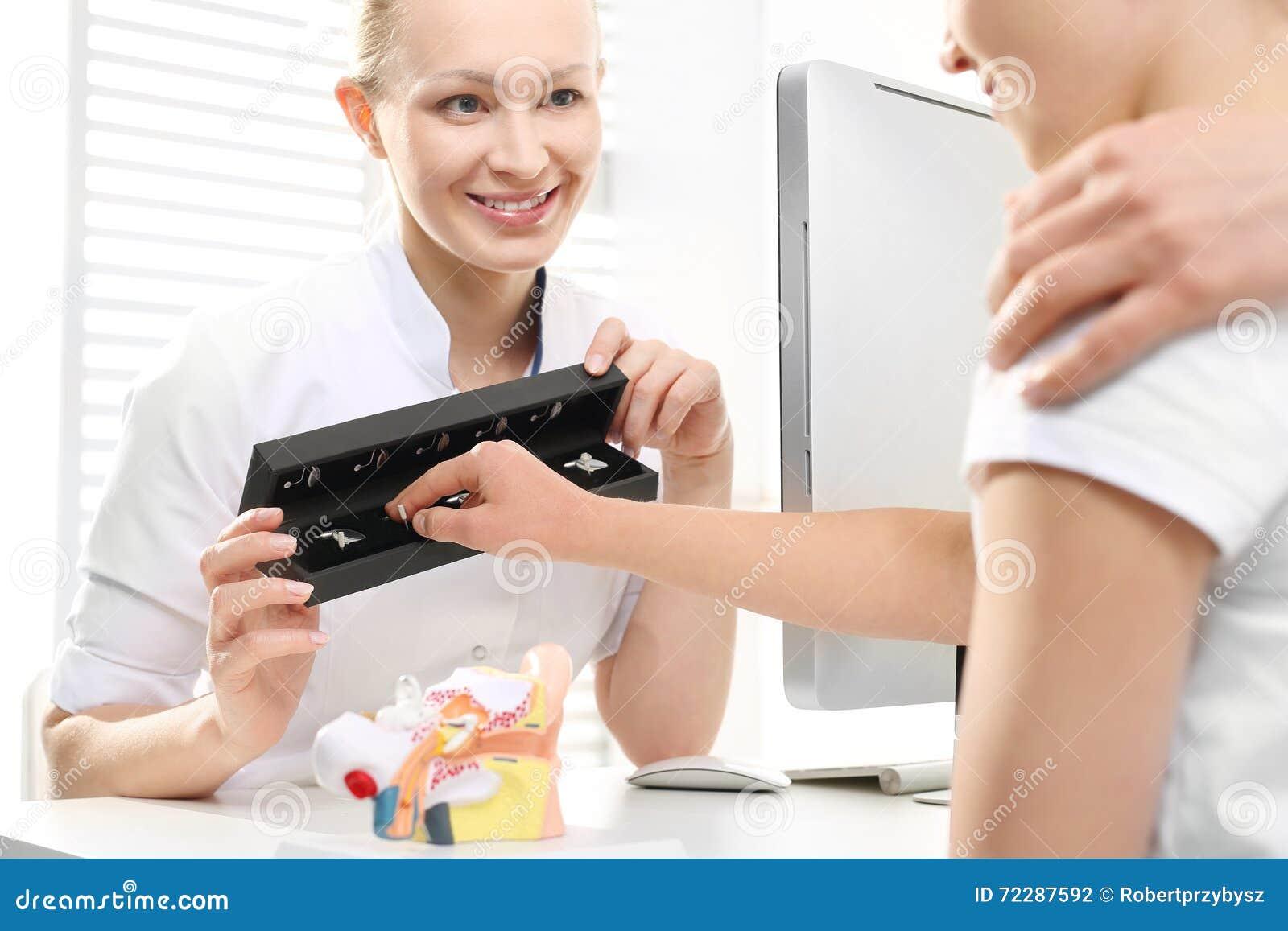 Download Потеря слуха в детях Мама с ребенком в Laryngologist Стоковое Фото - изображение насчитывающей руки, вполне: 72287592
