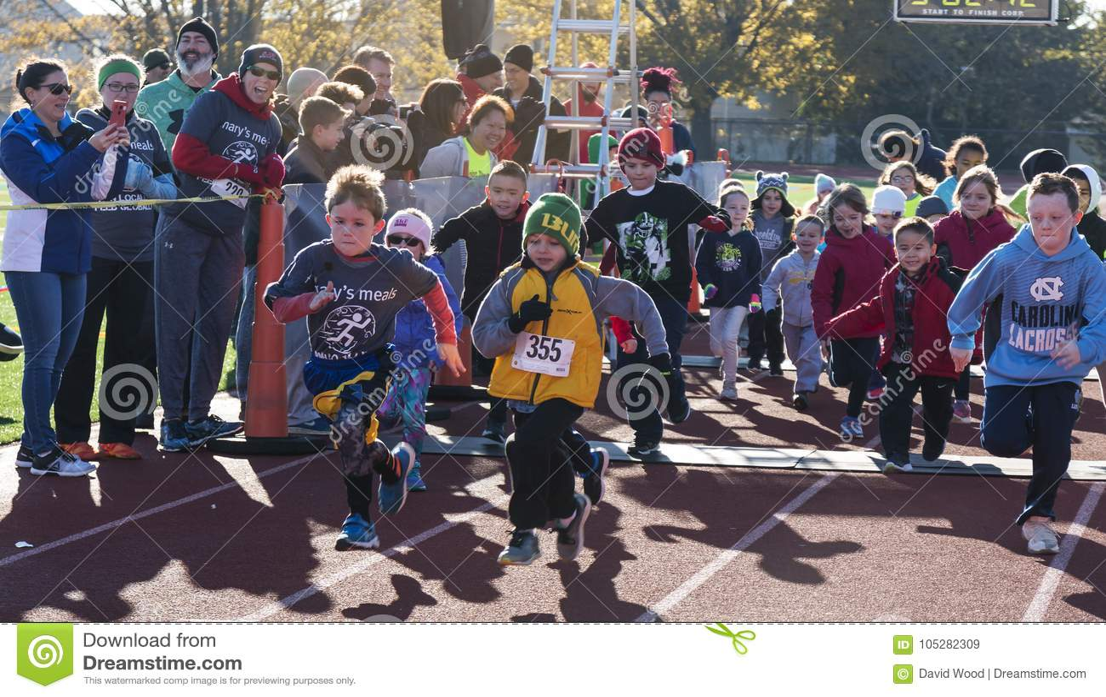 Потеха детей бежит на следе на гонке трота индюка