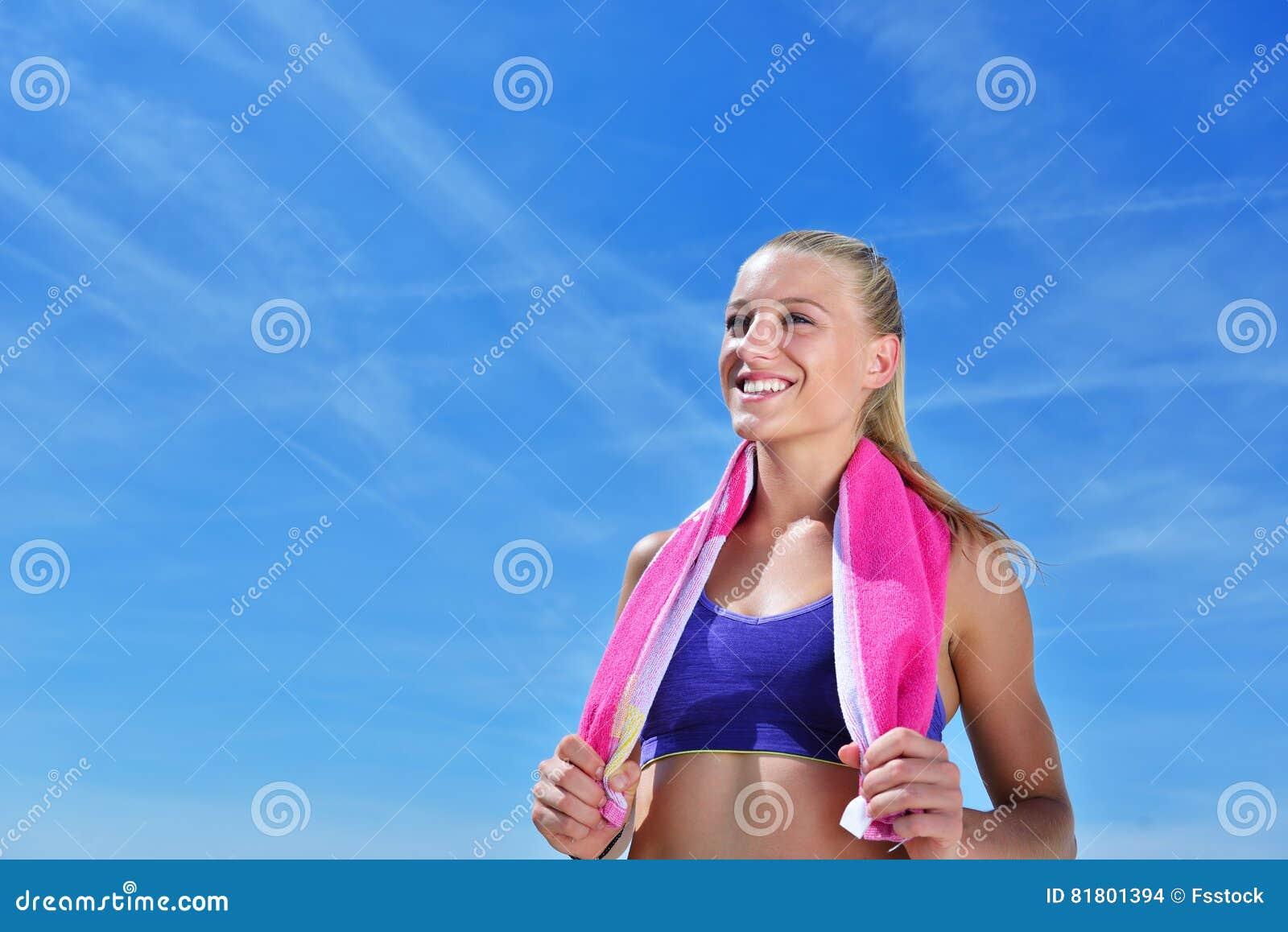Потная женщина пригодности утомляла после тренировки
