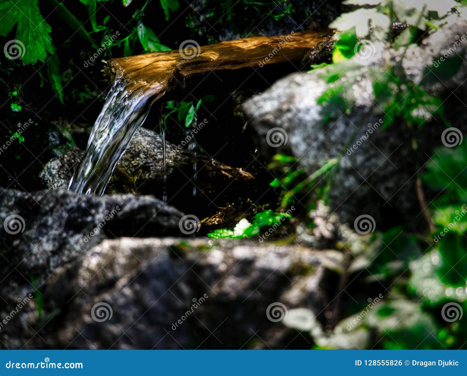 Поток воды горы