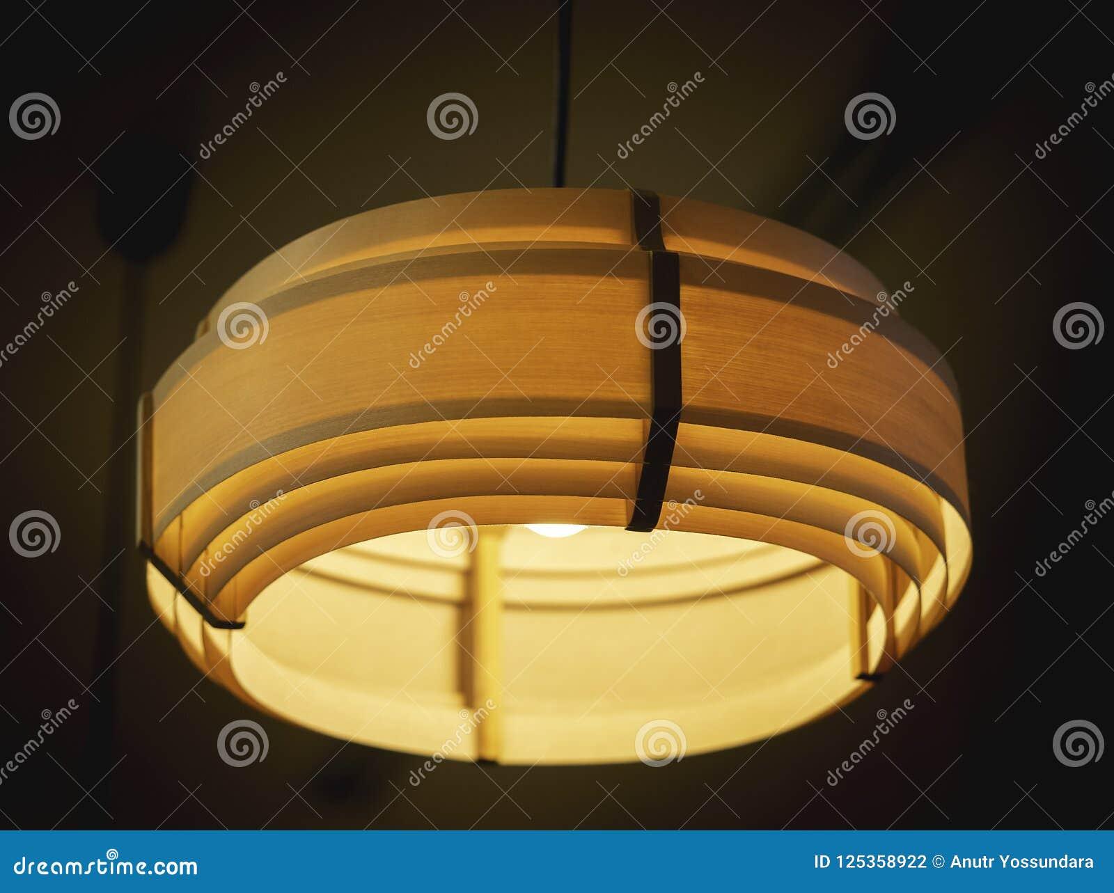 Потолочная лампа в темной комнате