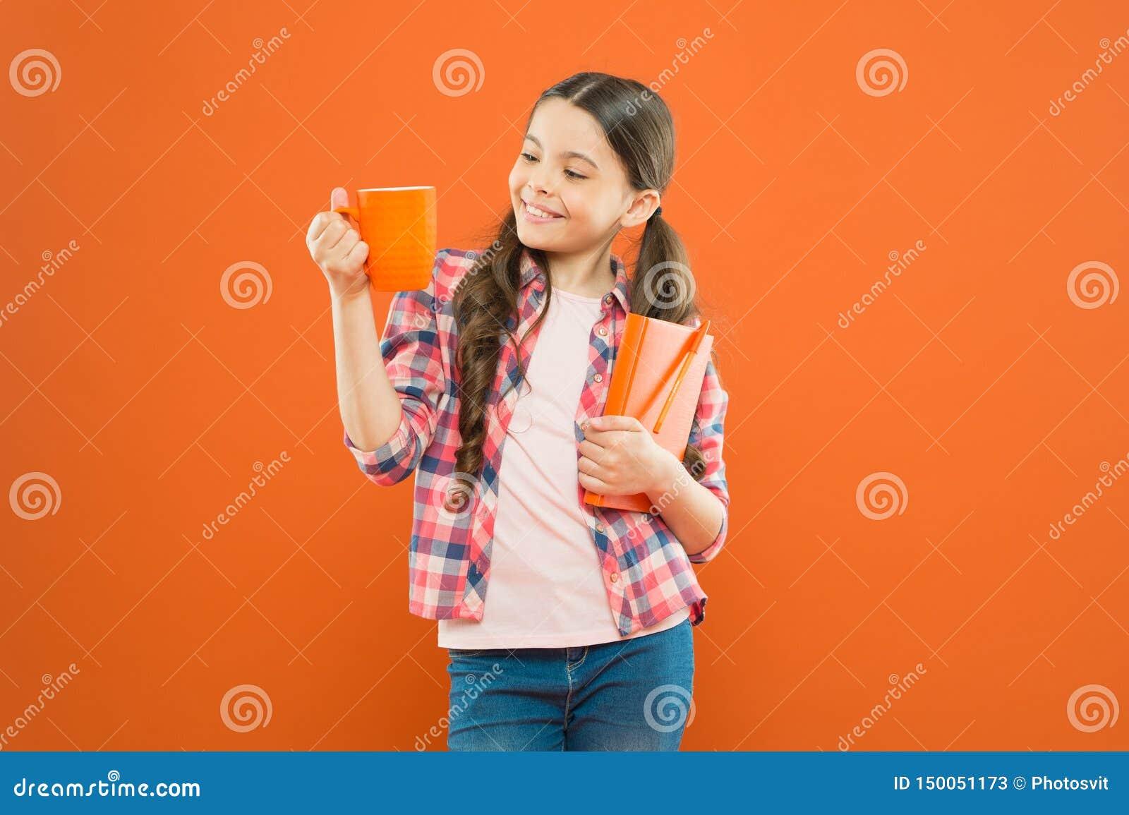 Потратьте славное время с любимой книгой Чашка чаю и книга владением девушки Литература для детей Насладитесь потратить время дом