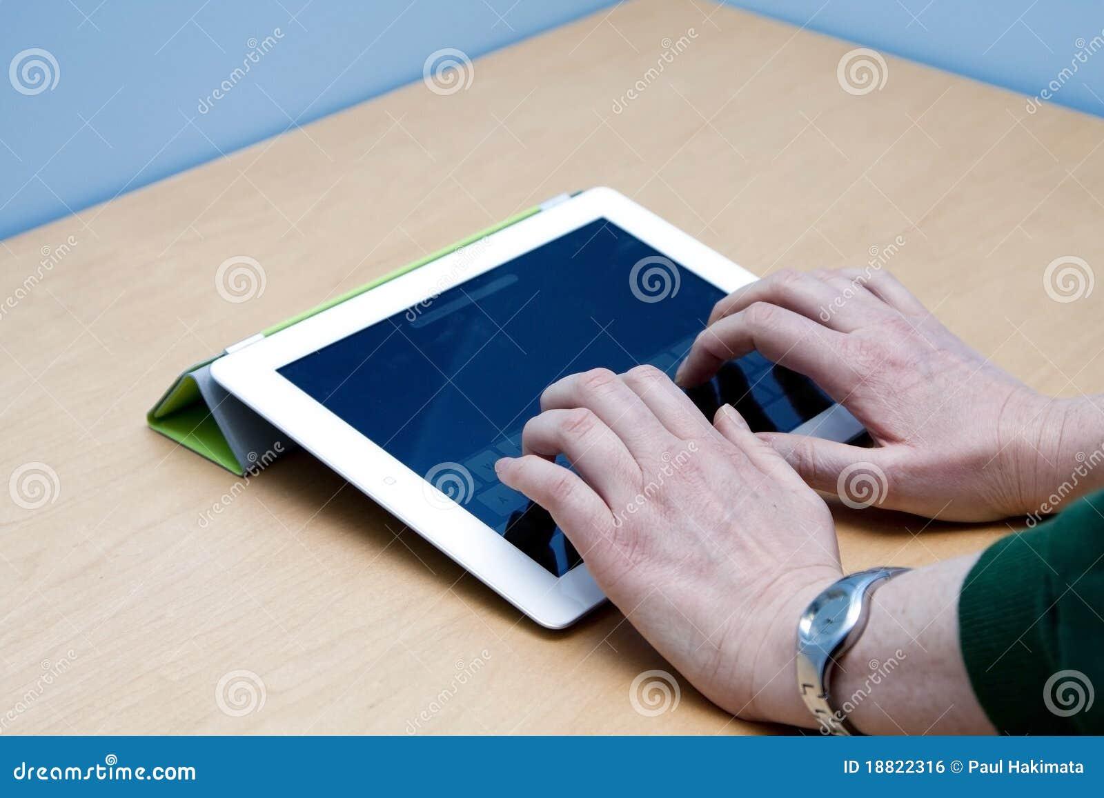 потребитель таблетки ipad 2 рук печатая на машинке