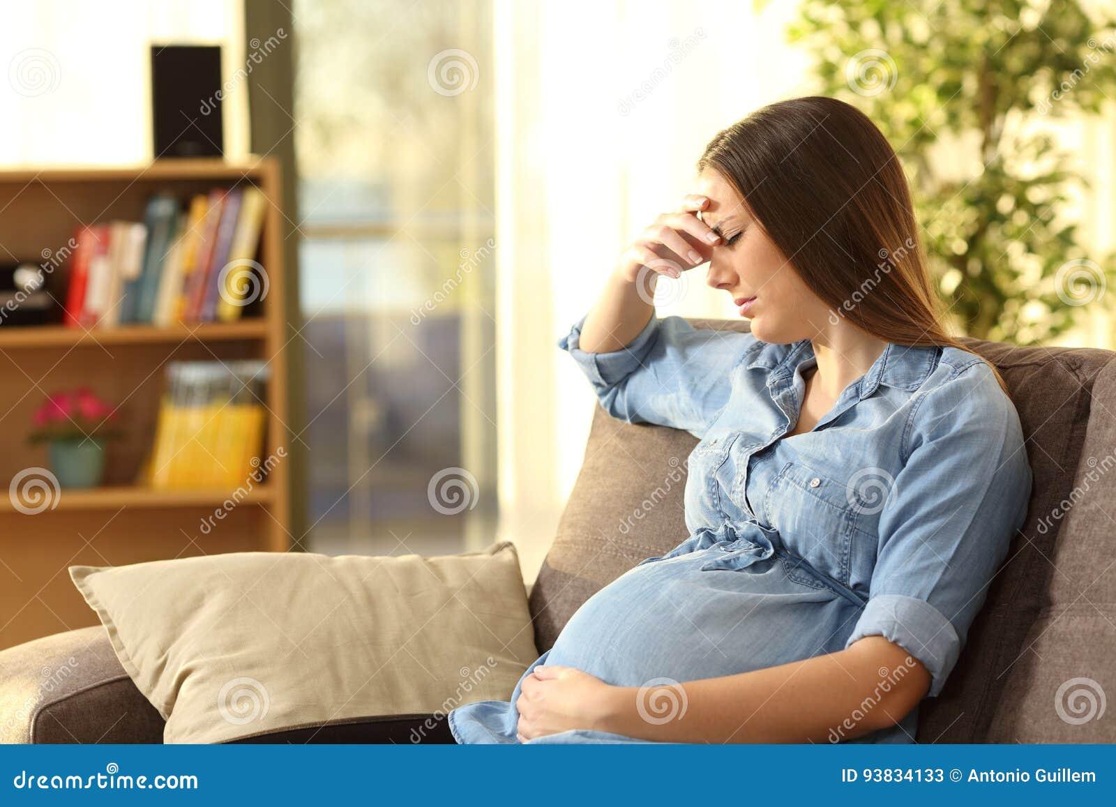 Потревоженная беременная женщина дома