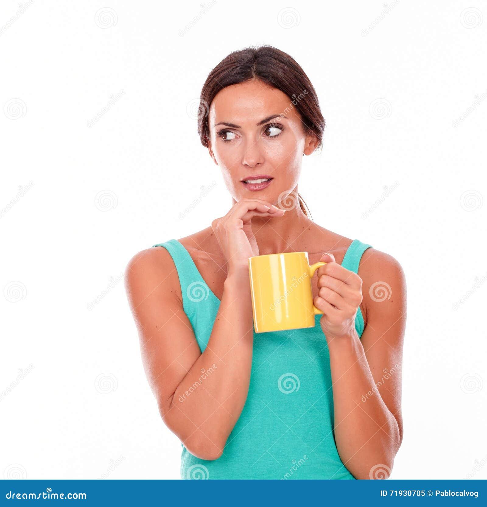 Потревоженная женщина брюнет с кружкой кофе
