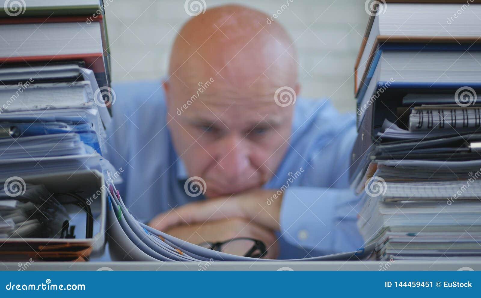 Потревоженный отжатое и разочаровыванное изображение бизнесмена в уч
