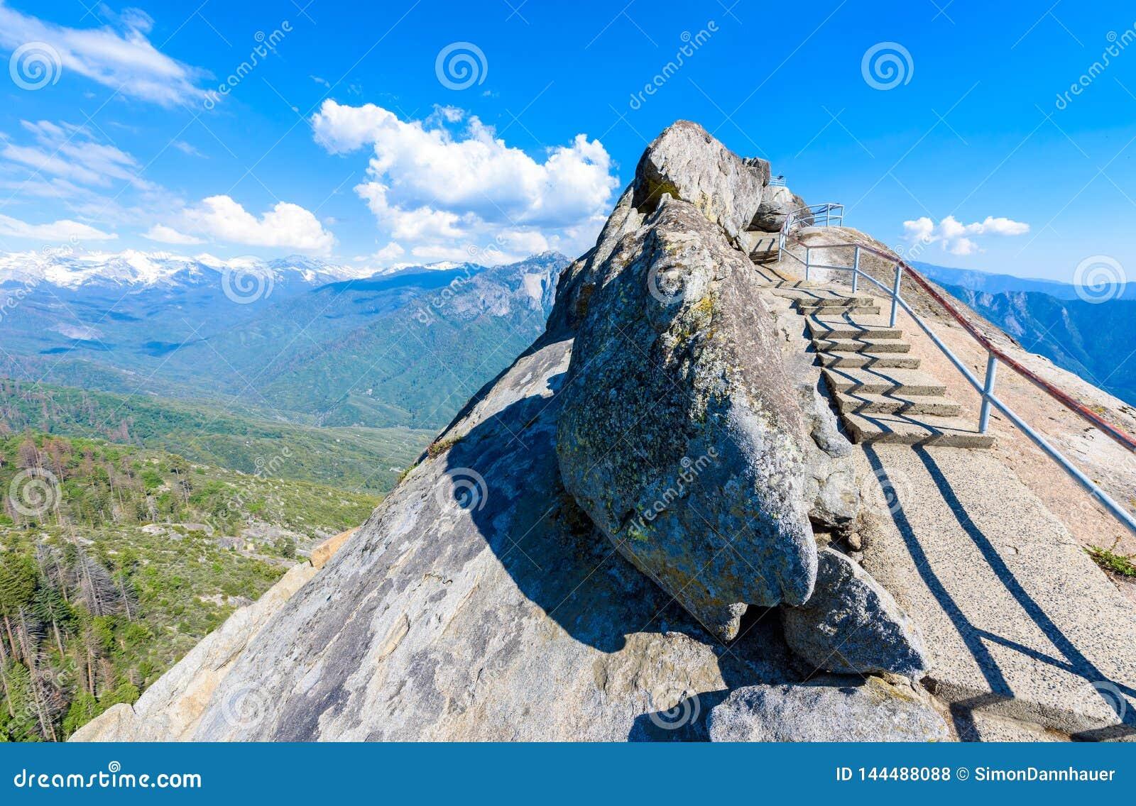 Поход на лестнице утеса Moro к верхней части горы, горной породе купола гранита в национальном парке секвойи, горах сьерра-невады