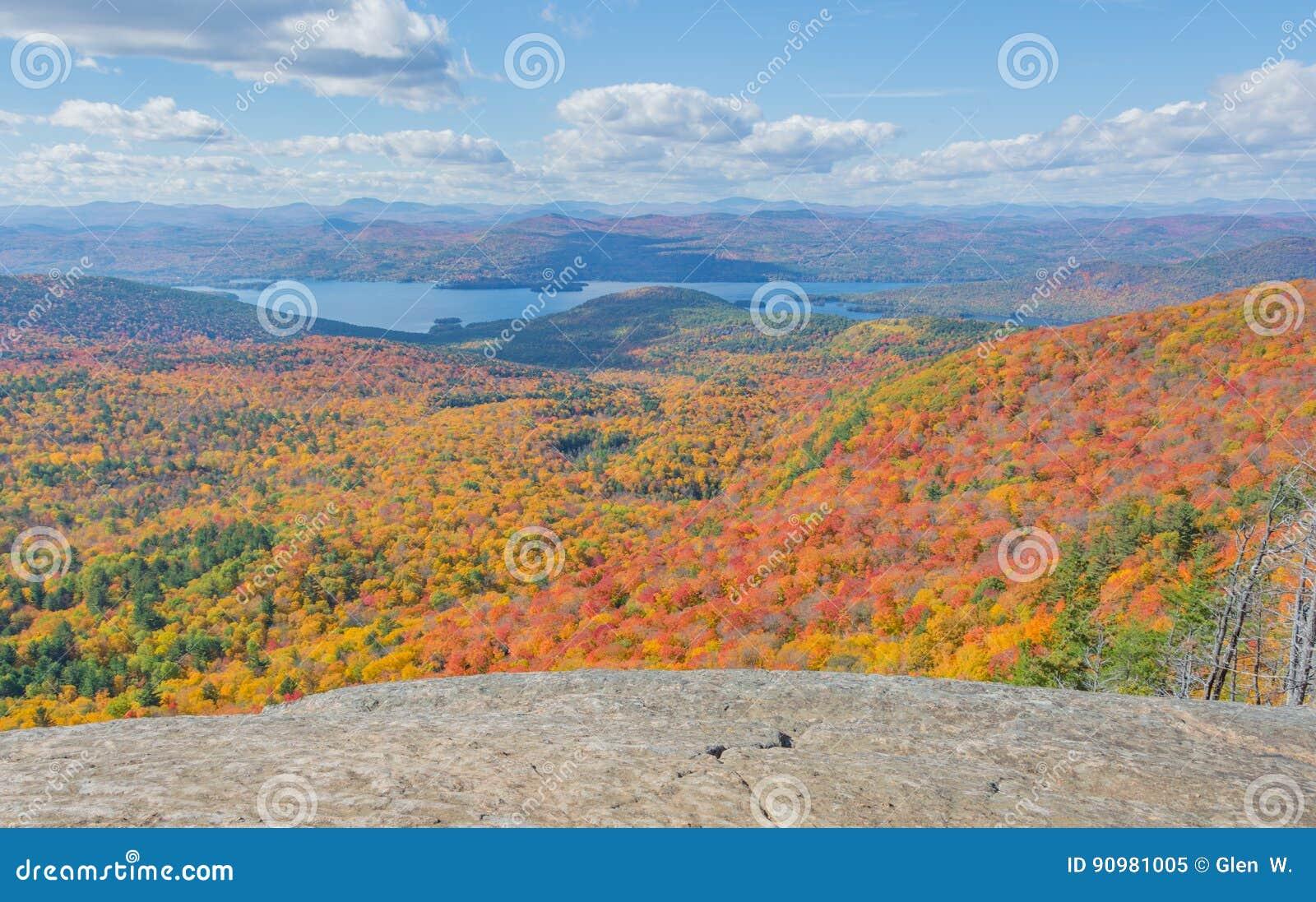 Поход после полудня середины октября в южном Adirondacks