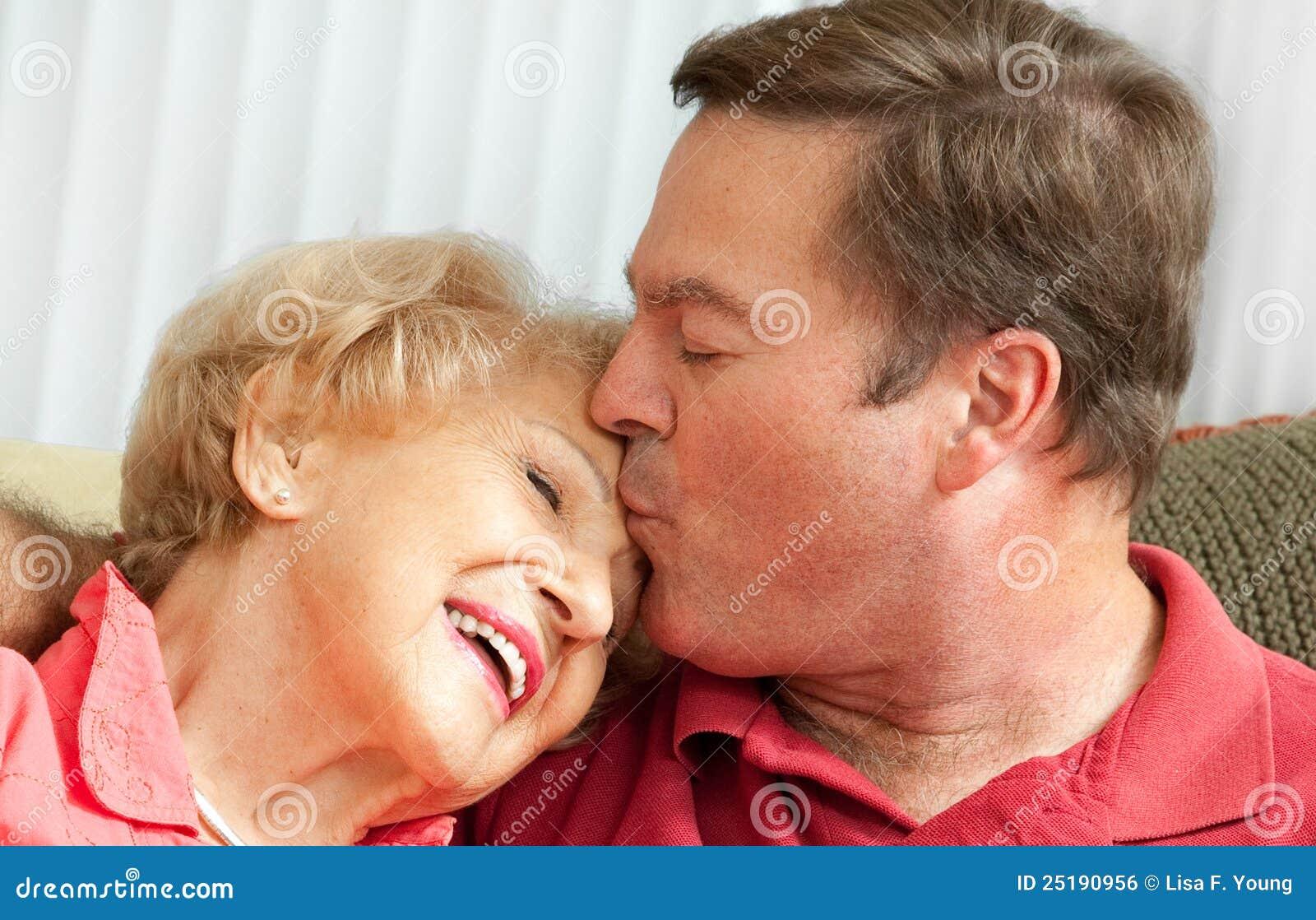Сын чмокнул свою мать, Сын ебёт маму -видео. Смотреть сын ебёт маму 21 фотография