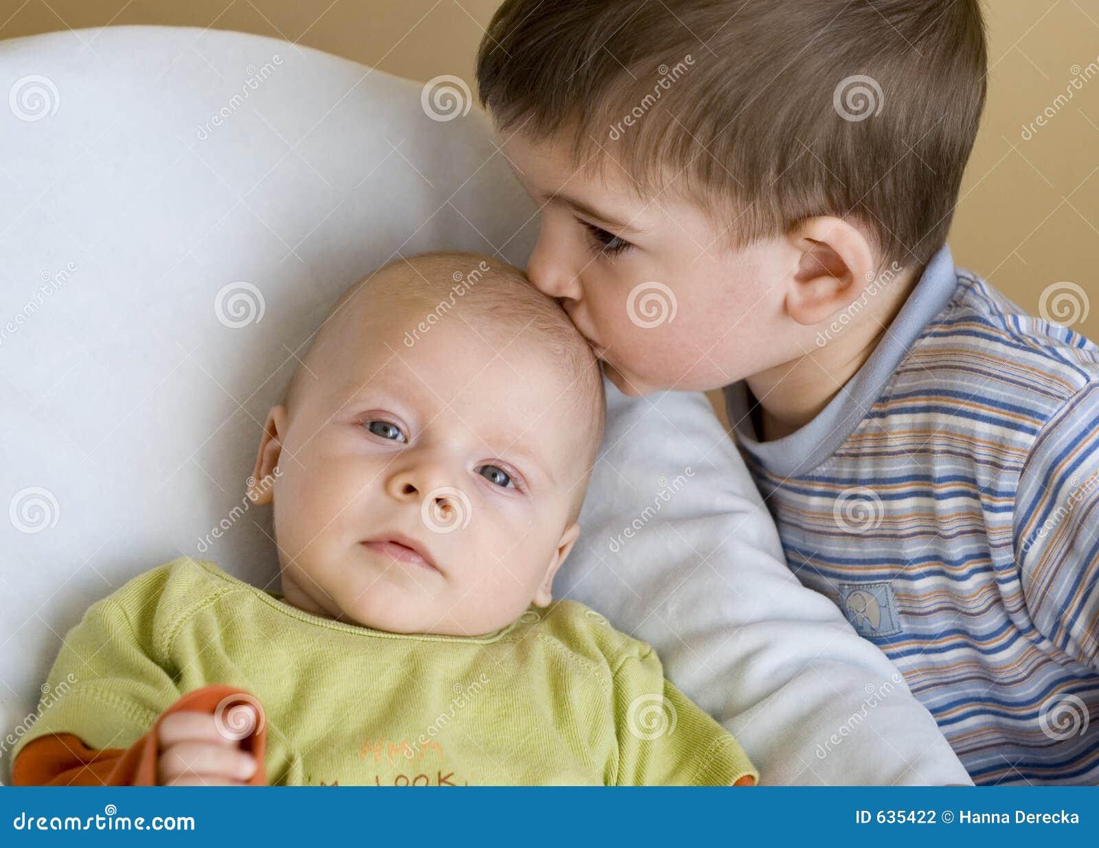 Download поцелуй s брата стоковое фото. изображение насчитывающей мило - 635422