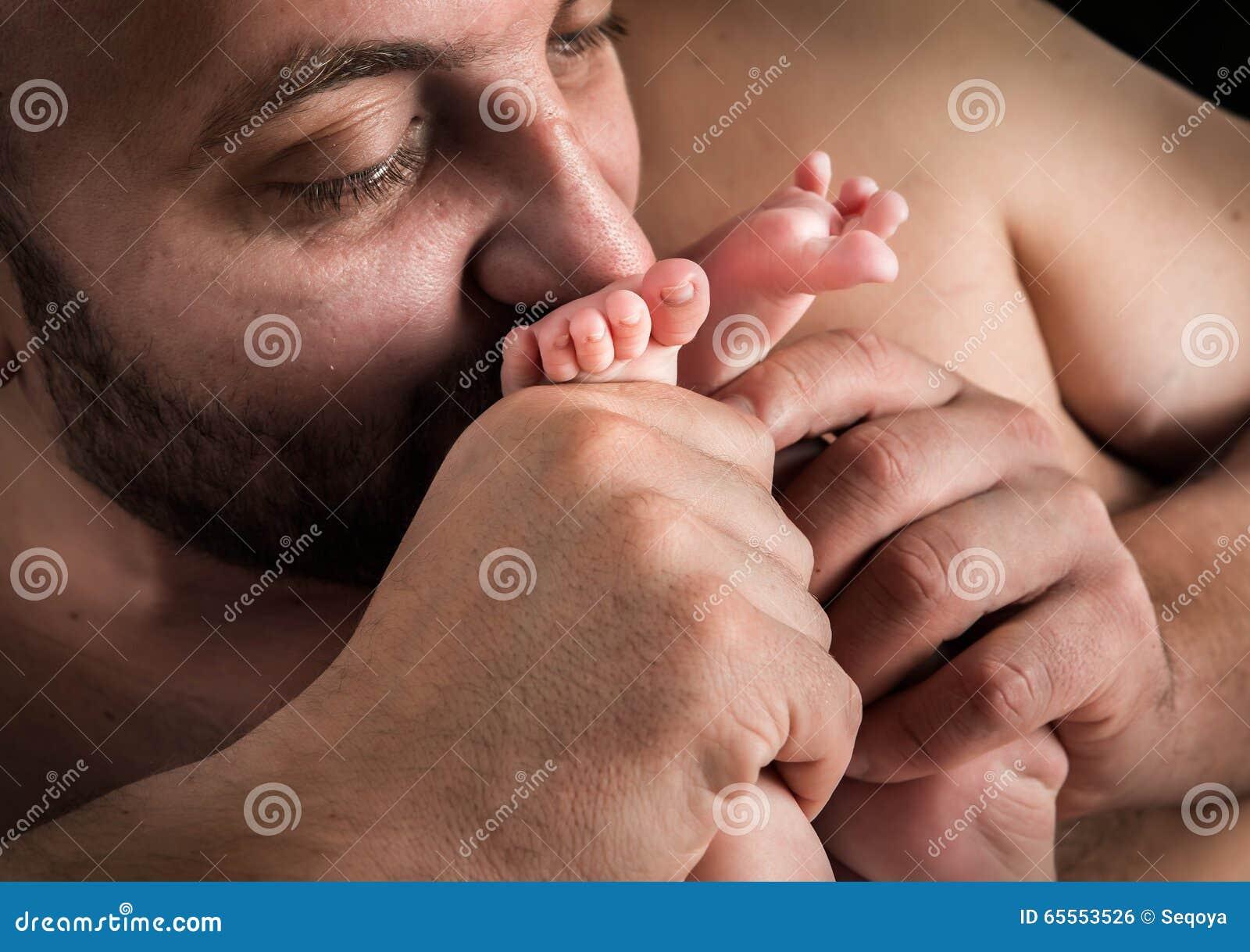 Целует ноги жене, Муж целует ноги жене - сборник красивых стихов в Доме 23 фотография