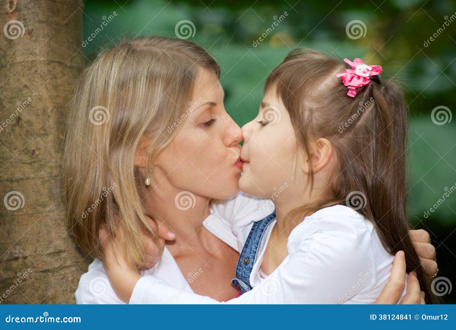 Мать и дочь целуются