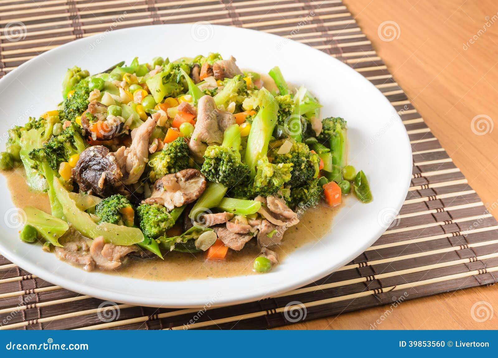 Пошевелите зажаренный брокколи, морковь, сладостную мозоль, зеленую фасоль