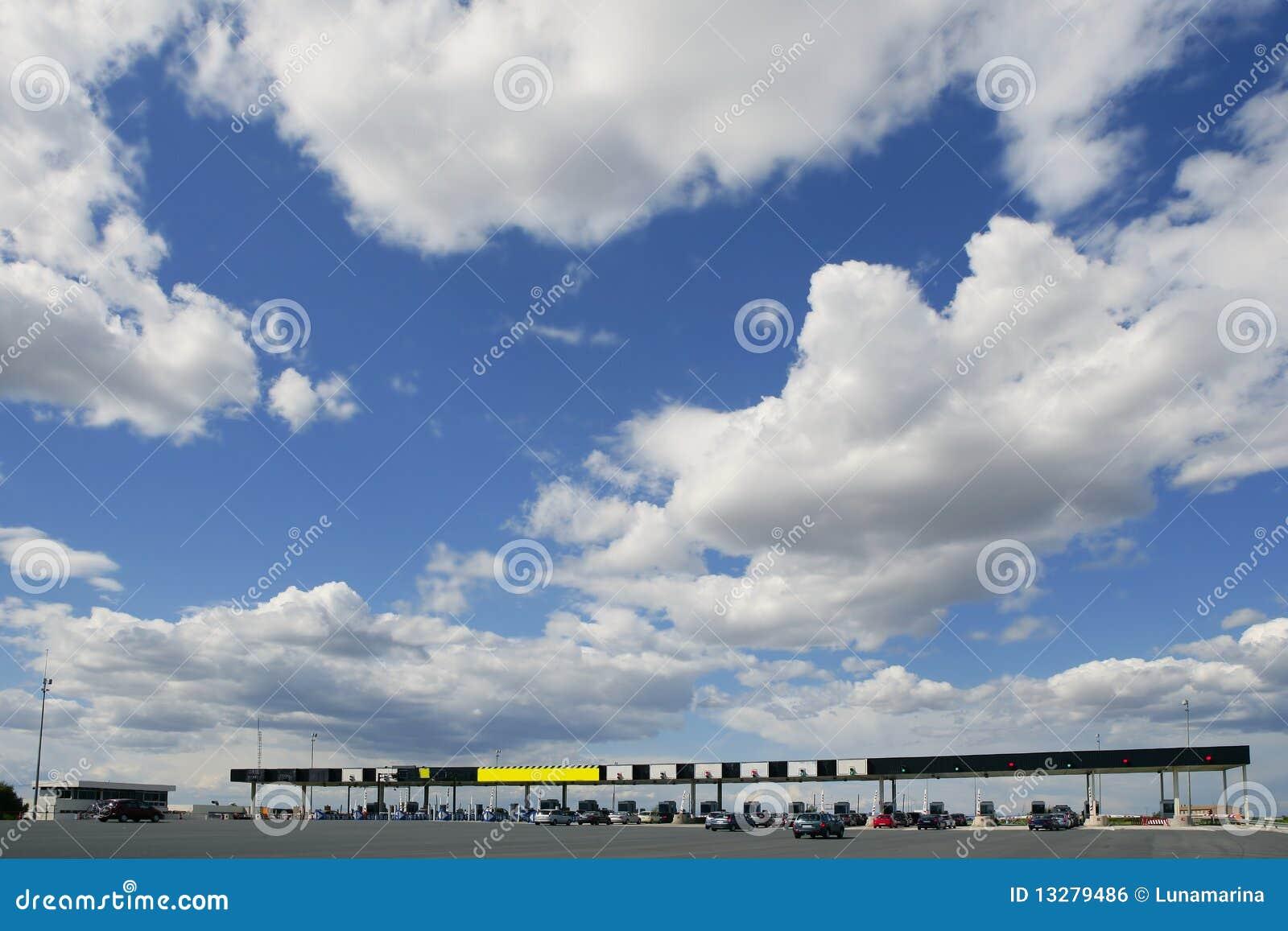 пошлина голубой дороги шоссе европы дня солнечная
