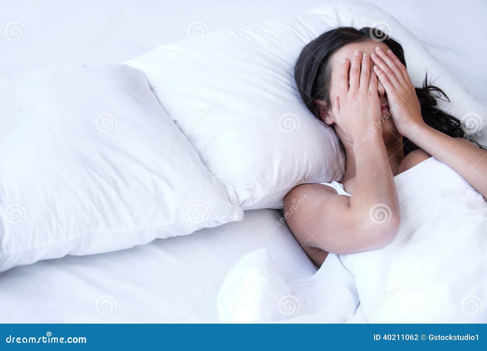 Подавленные женщины в кровати.