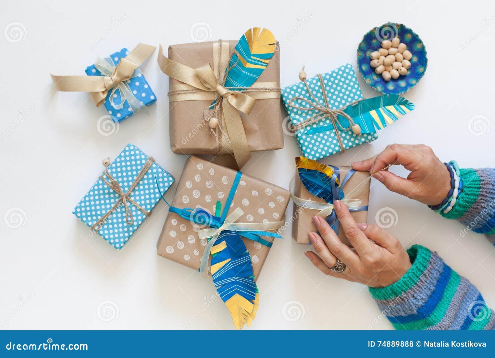 Подарки пакета женщин в ленте kraft бумажной над взглядом
