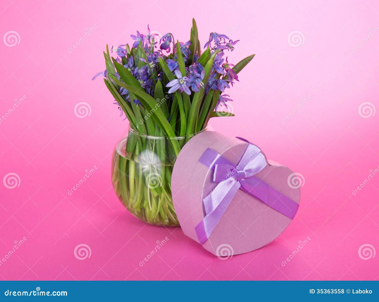 Подарочная коробка с лентой и цветки в вазе