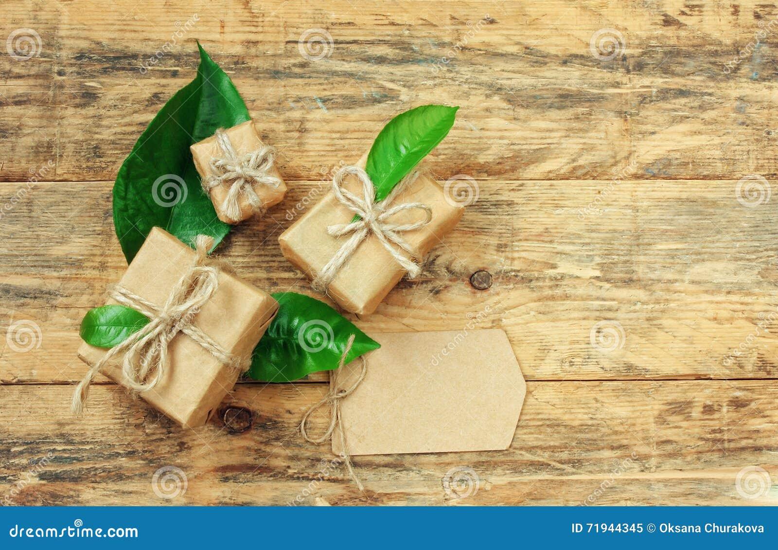 Подарочная коробка 3 с зелеными листьями