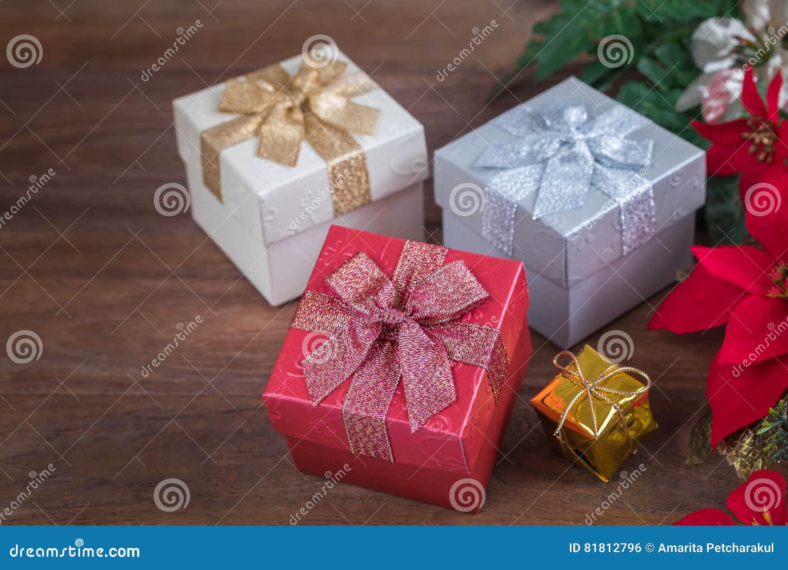 Подарочные коробки на деревянной предпосылке