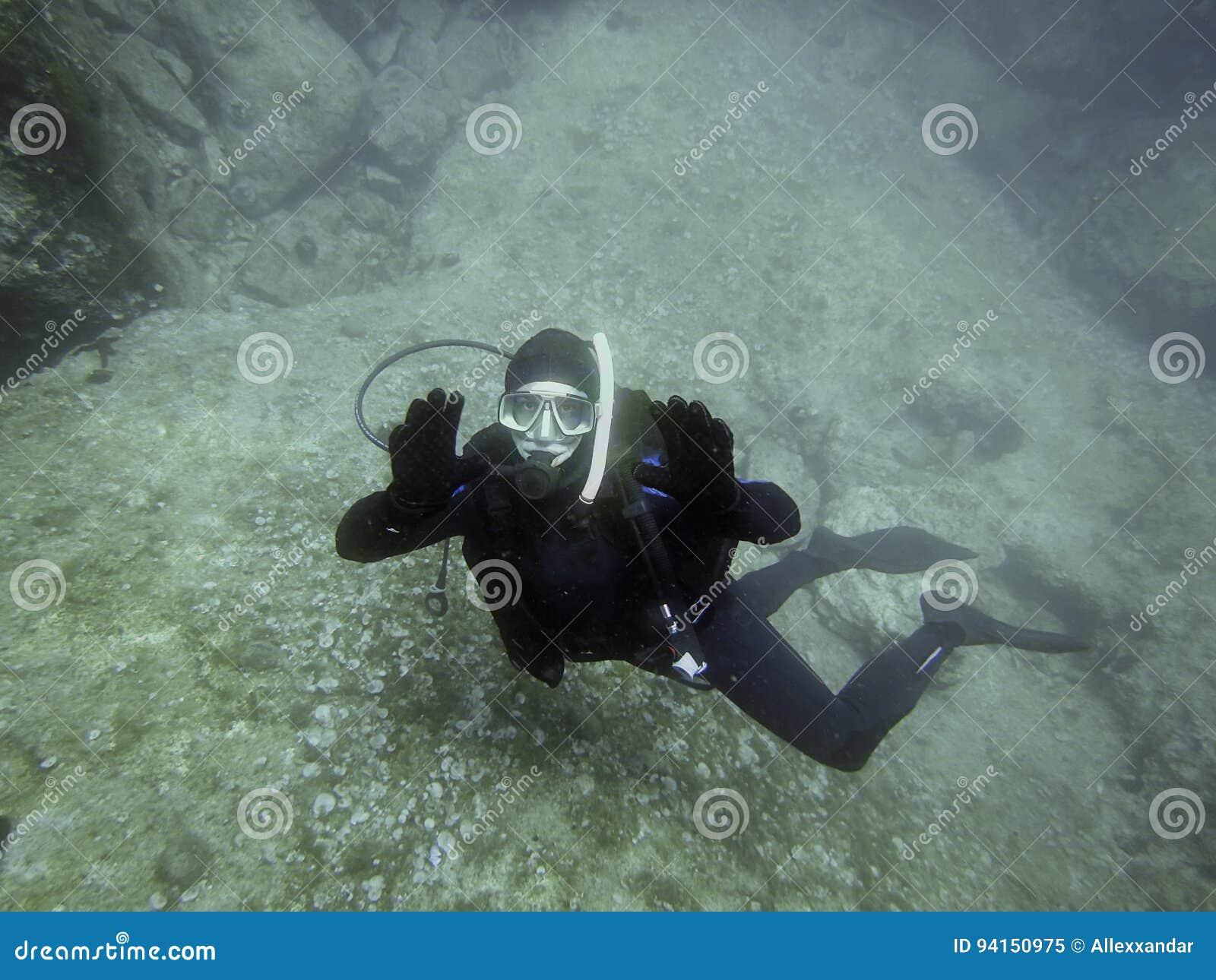 Подводный водолаз в подводном мире
