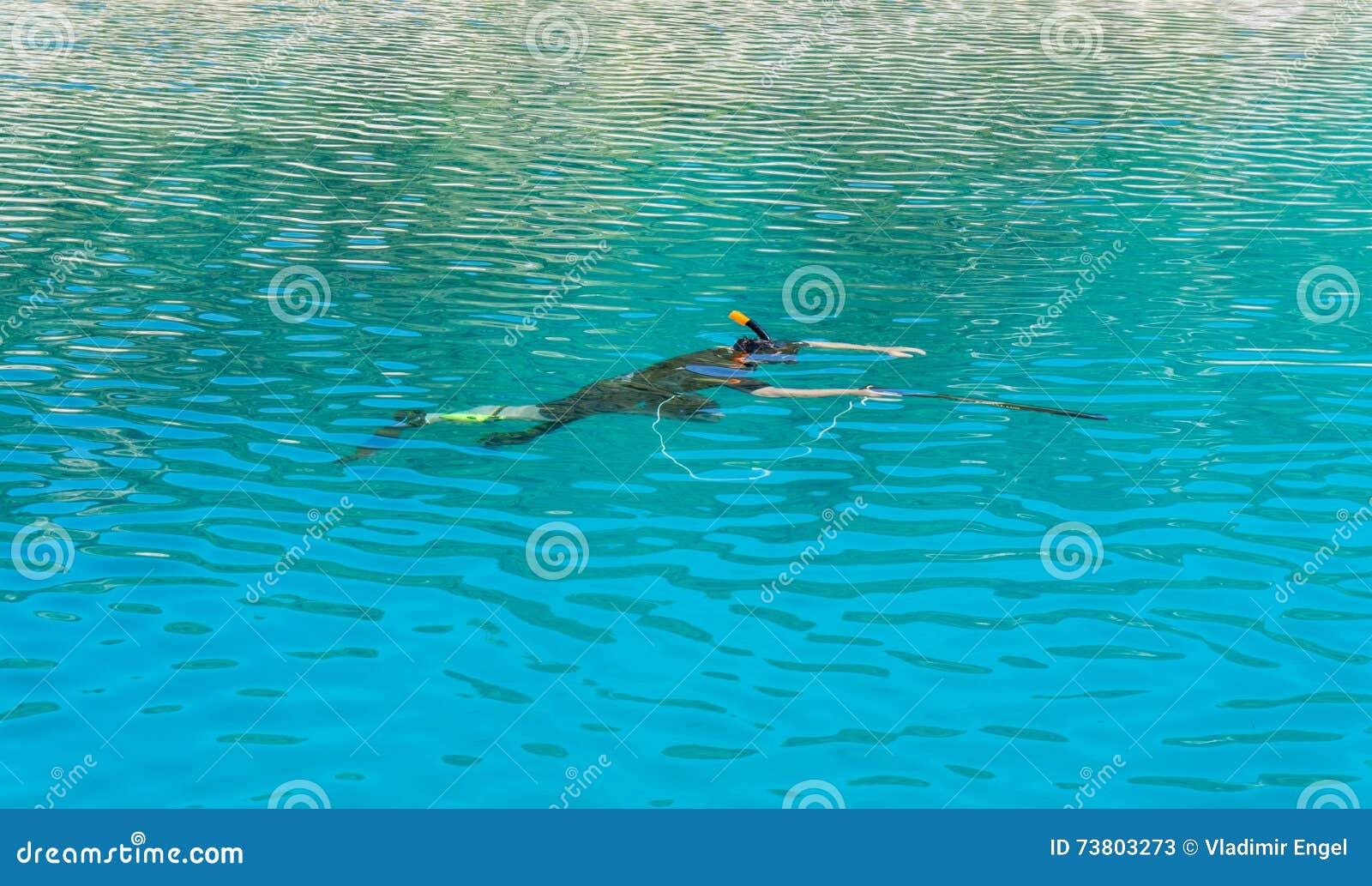 Подводный охотник с оружием в маске speargun