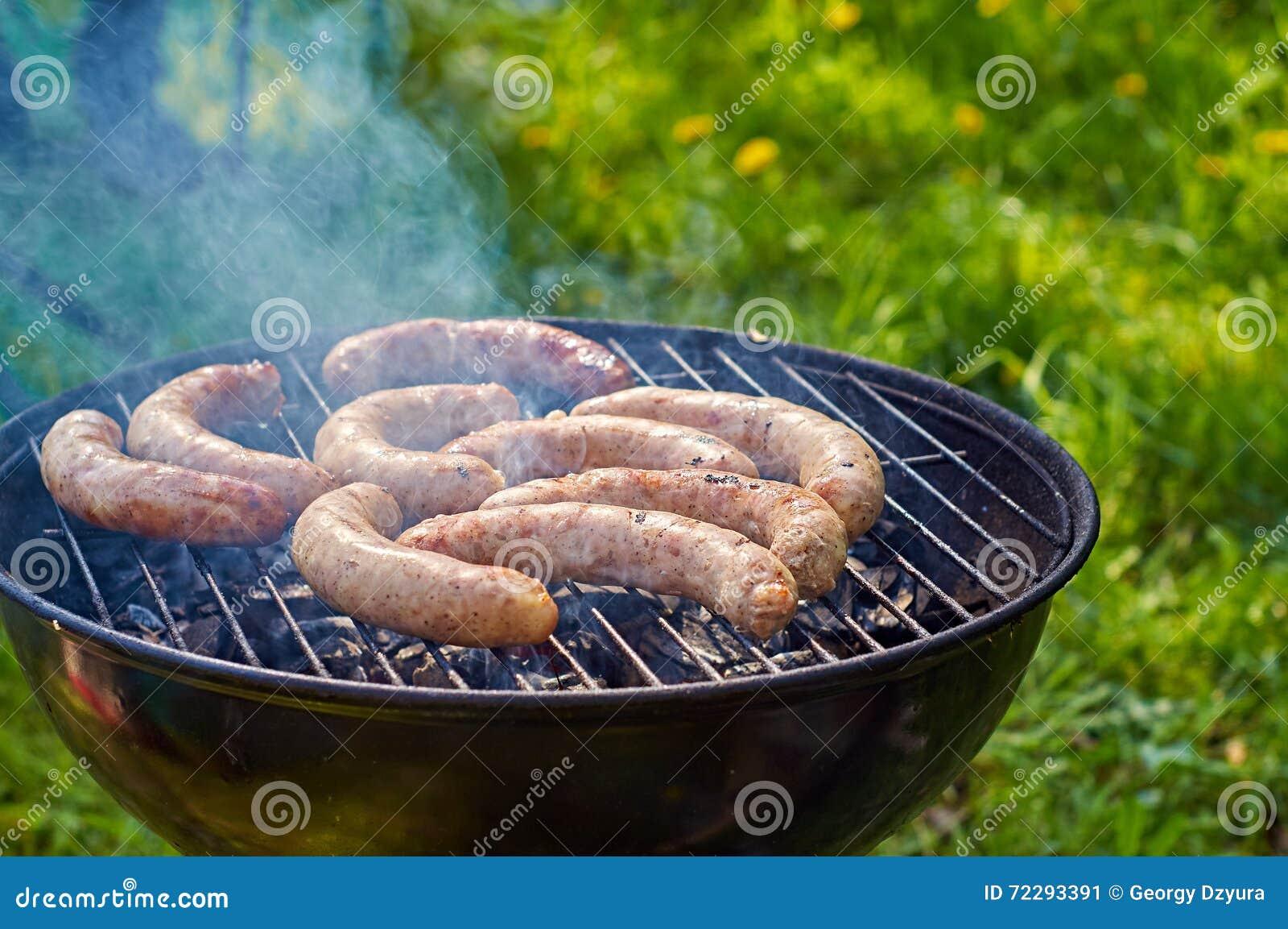 Download Подготавливающ зажаренные сосиски Outdoors Стоковое Изображение - изображение насчитывающей жечь, лакомка: 72293391