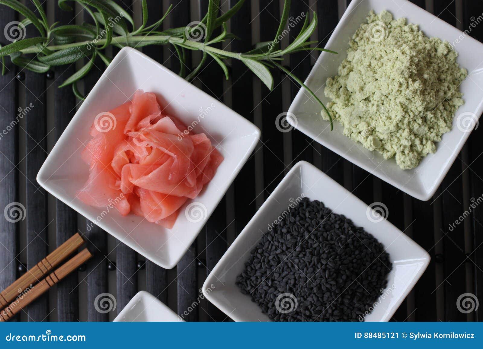 подготавливающ суши, подготавливающ японскую еду, делающ суши, делая японскую еду,