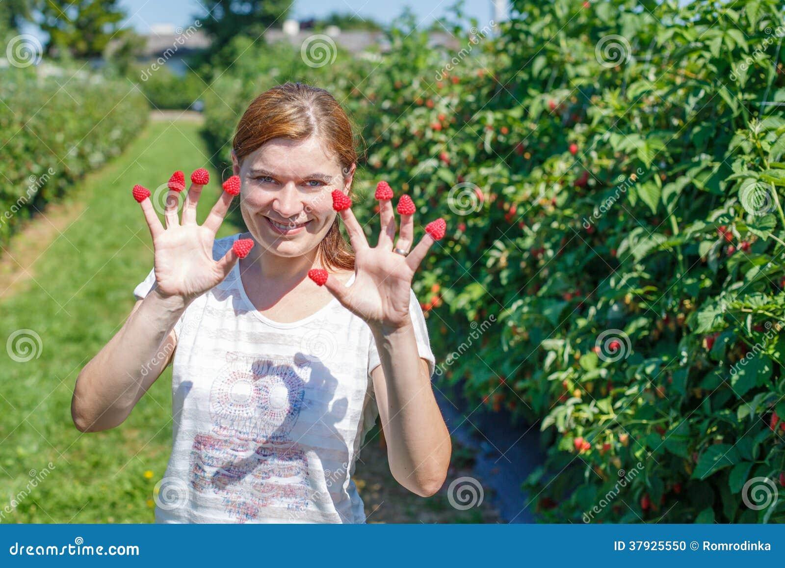 Поленики рудоразборки молодой женщины дальше выбирают ферму ягоды в Германии