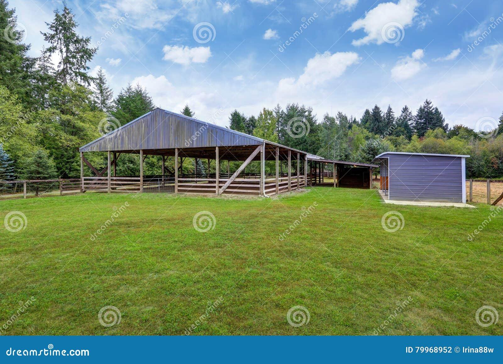 Поле фермы с пустым амбаром лошади