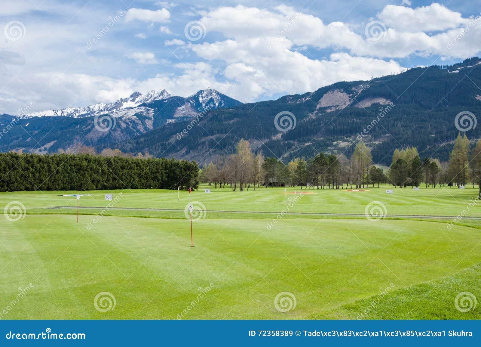 Поле для гольфа с игроками