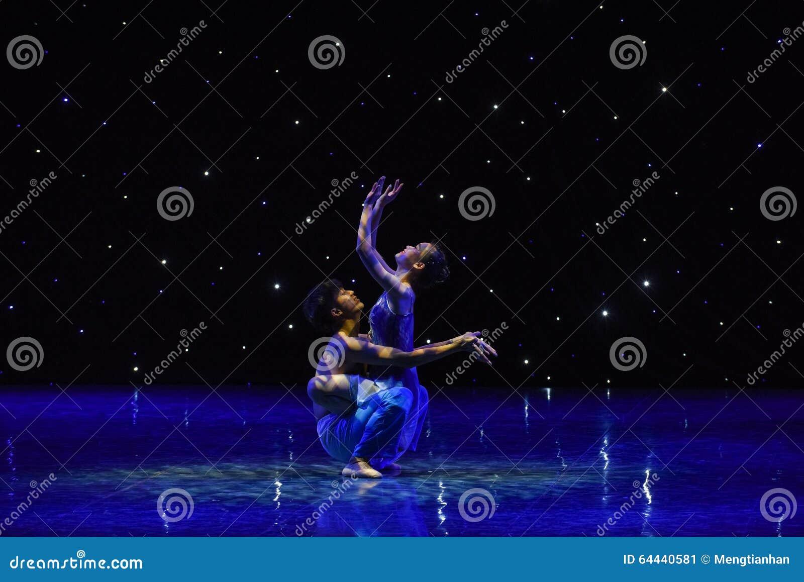 Под звезд-современным танцем