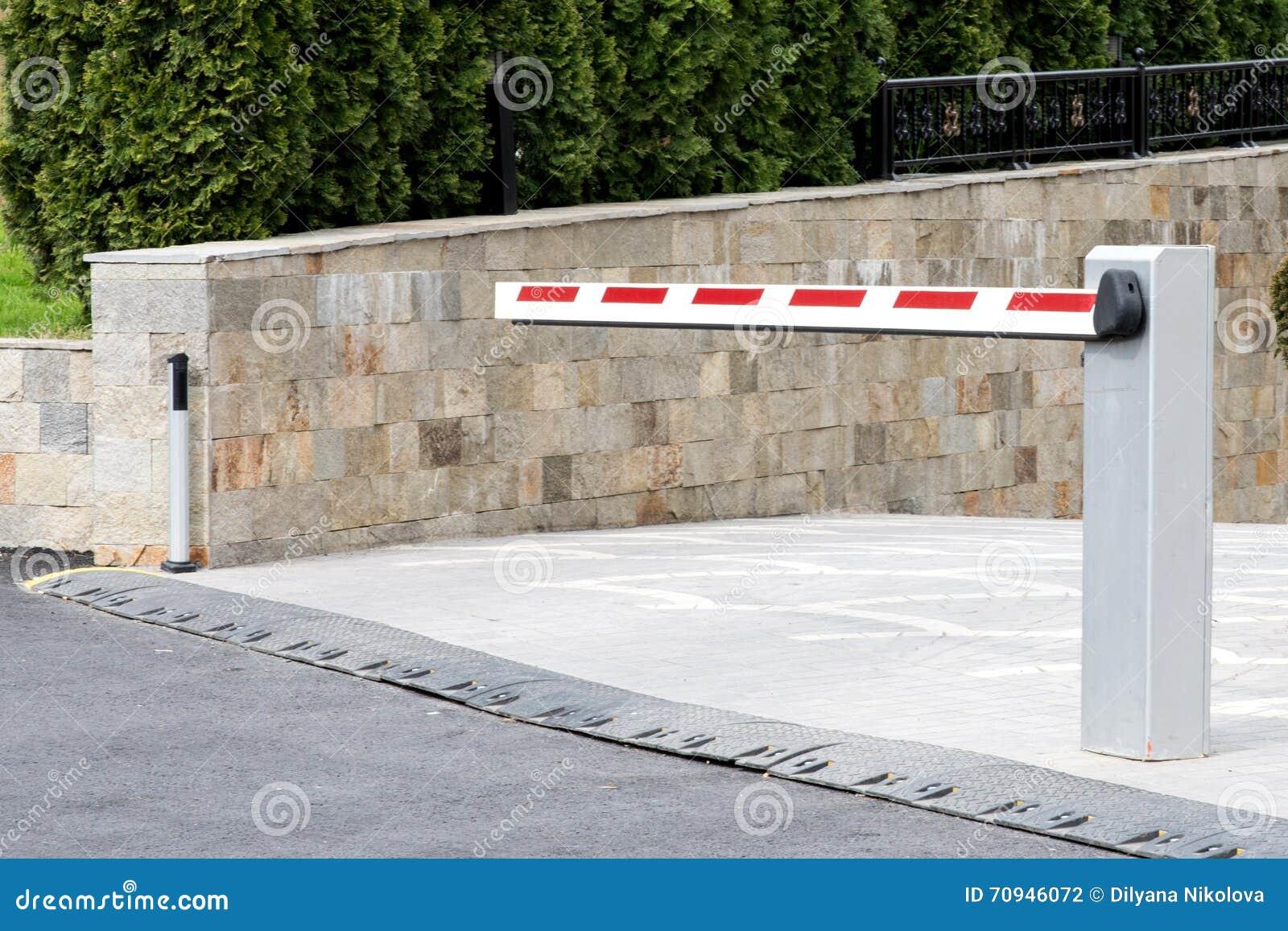Подземный взгляд стороны барьера входа автостоянки