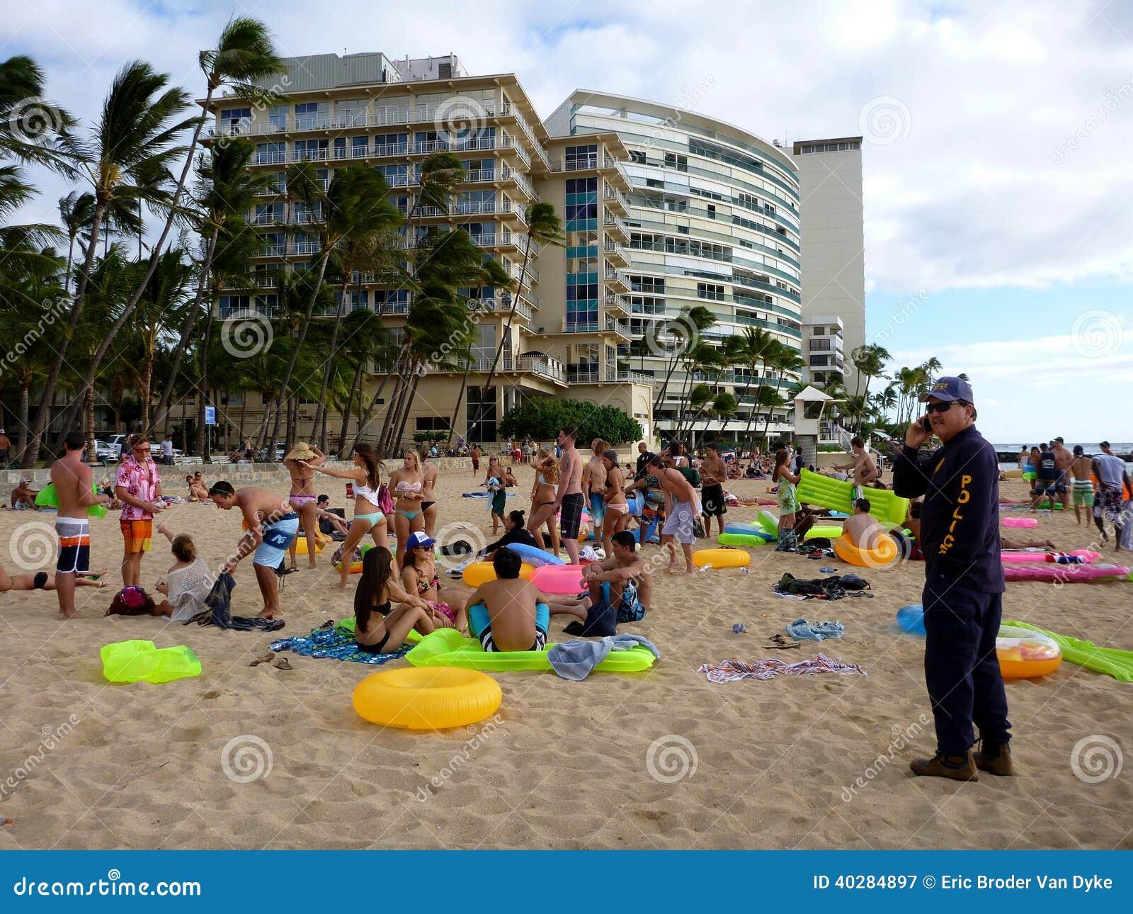 Полицейский Гонолулу вызывает для подпорки по мере того как он проверяет PA пляжа