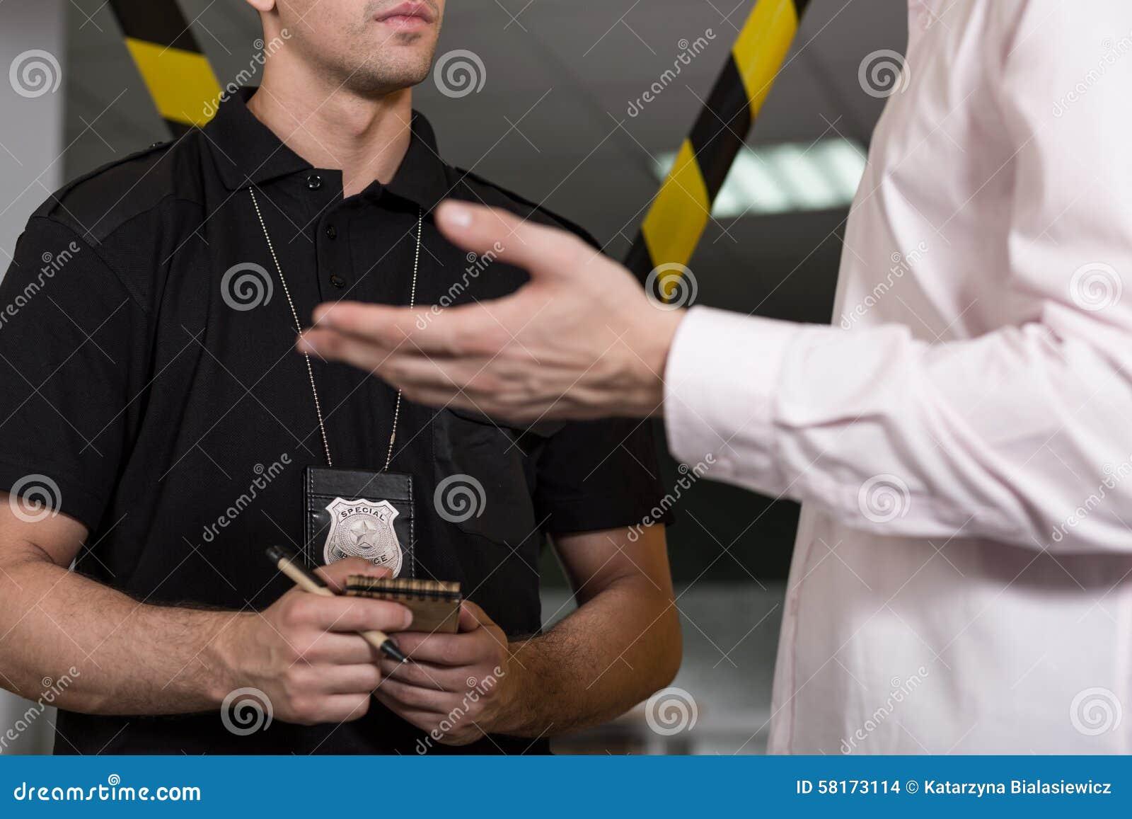 Полицейский с значком полиции