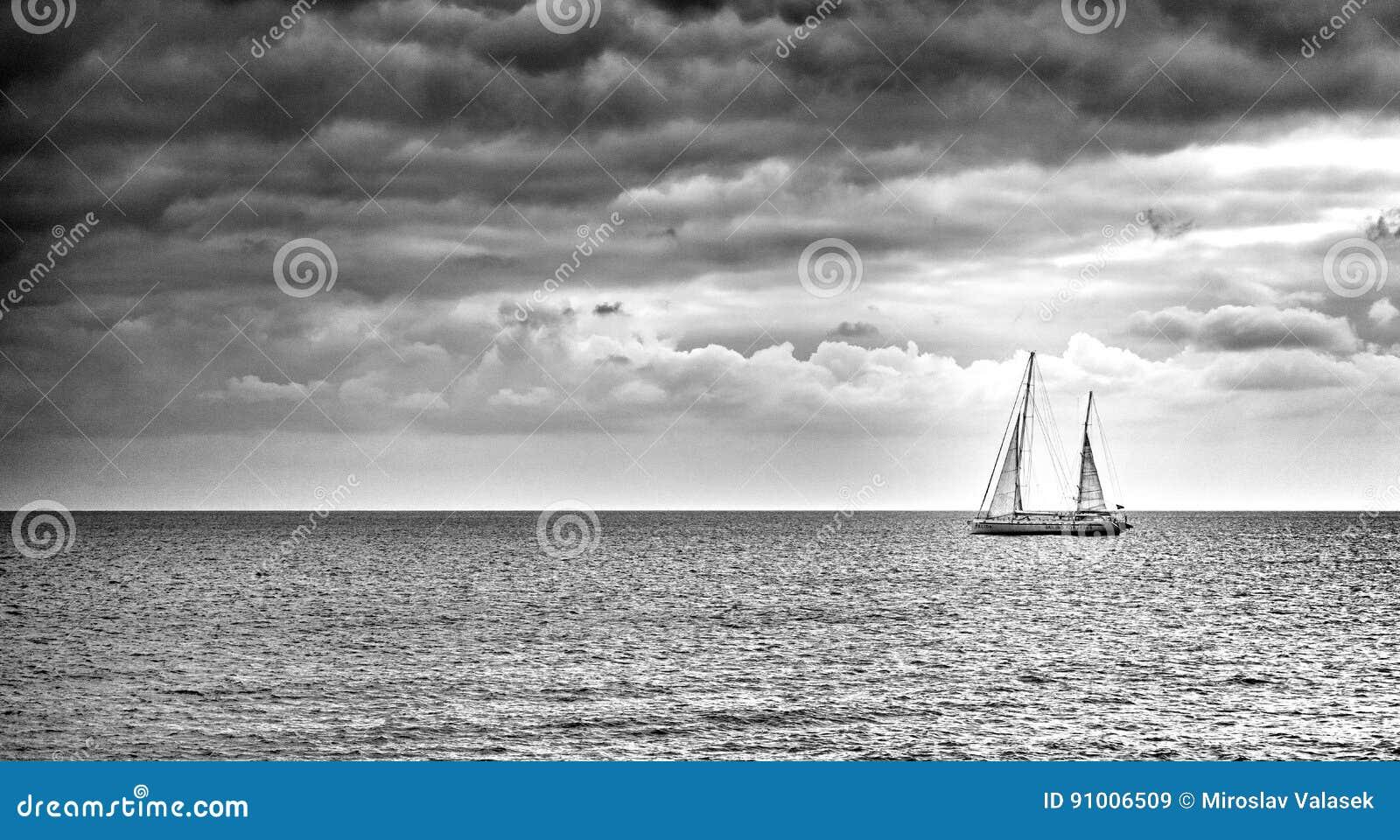 по мере того как предпосылка голуба шлюпки шлюпки могут разбить темные флаги etc плавая ветрил sailing парусника логотипа изображ